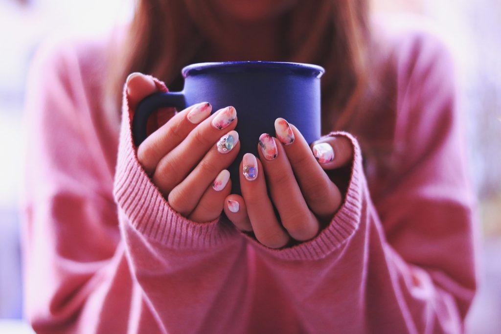マグカップを持つ女性