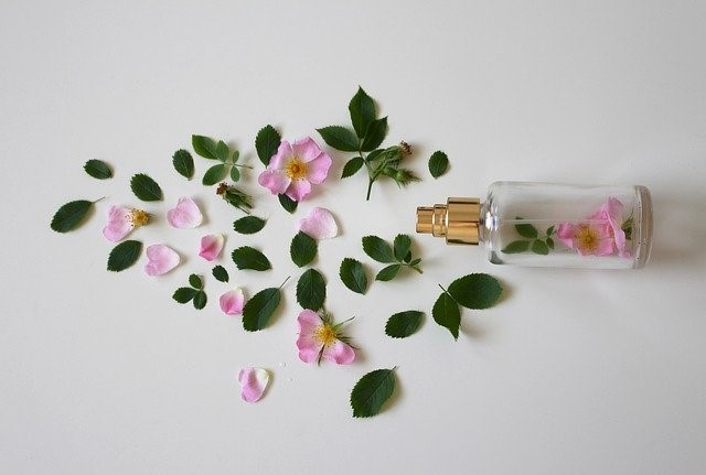 香水のボトルと花びら