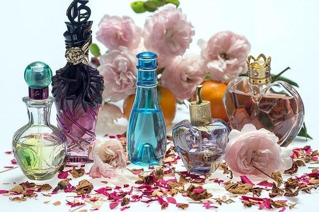 さまざまな種類の香水のボトル