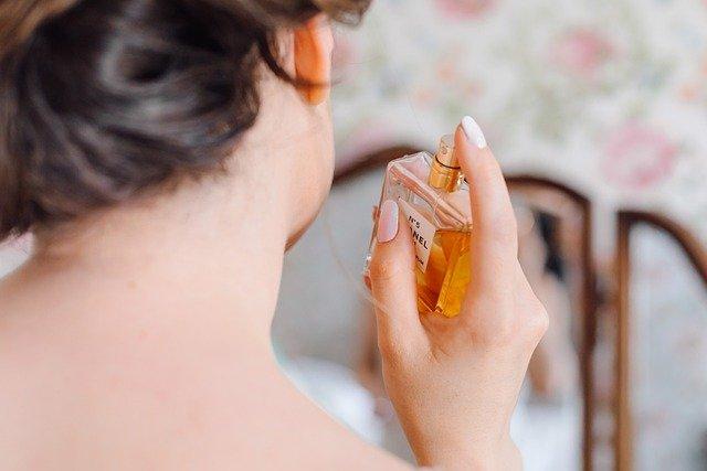 香水をつける女性の後ろ姿
