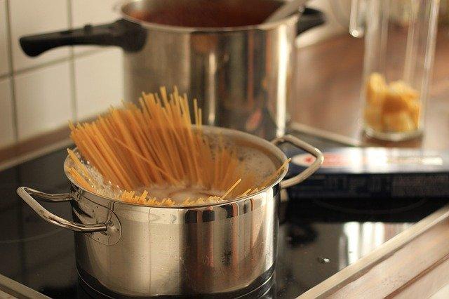 パスタを茹でている鍋