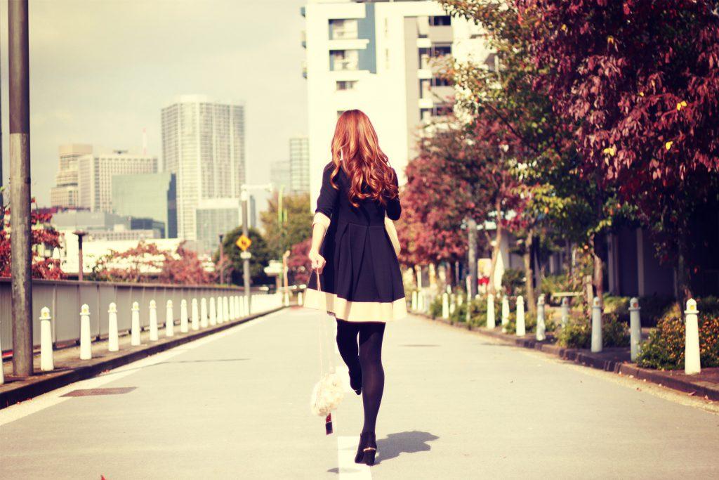 街を歩くオシャレな女性