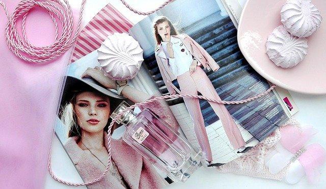 ピンクの雑誌の載る女の子と香水