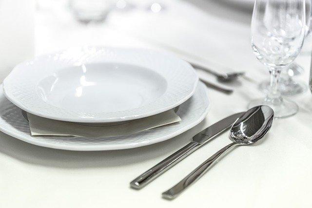 結婚披露宴のテーブルにあるお皿、ナイフ、フォーク、グラス