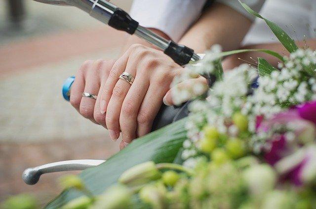 右薬指に指輪をはめたカップルの手