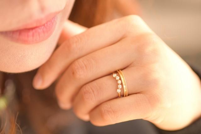 薬指に指輪を付けた女性