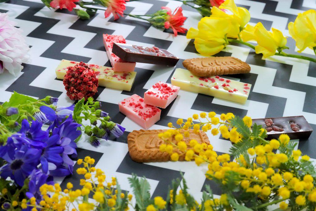 色とりどりのお花とバレンタインチョコ