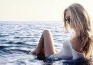 海に浸かるスタイルの良い金髪女性