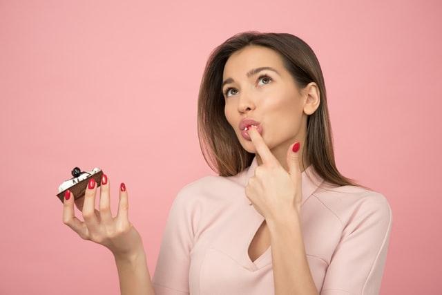 ケーキを食べる女性