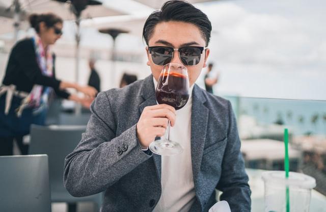 ワインを飲むサングラスをした男性
