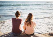 海辺に座る女性2人
