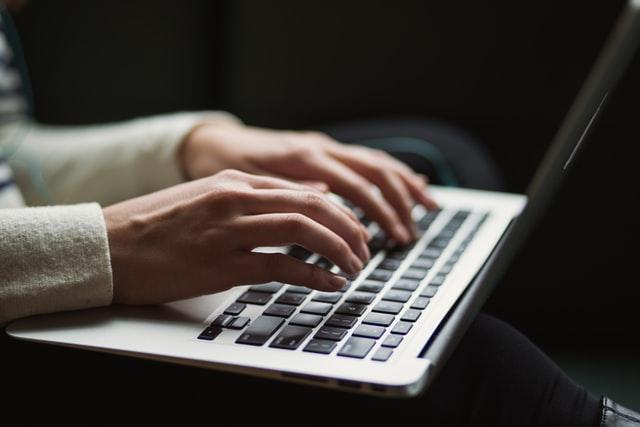 タイピングをする女性の手