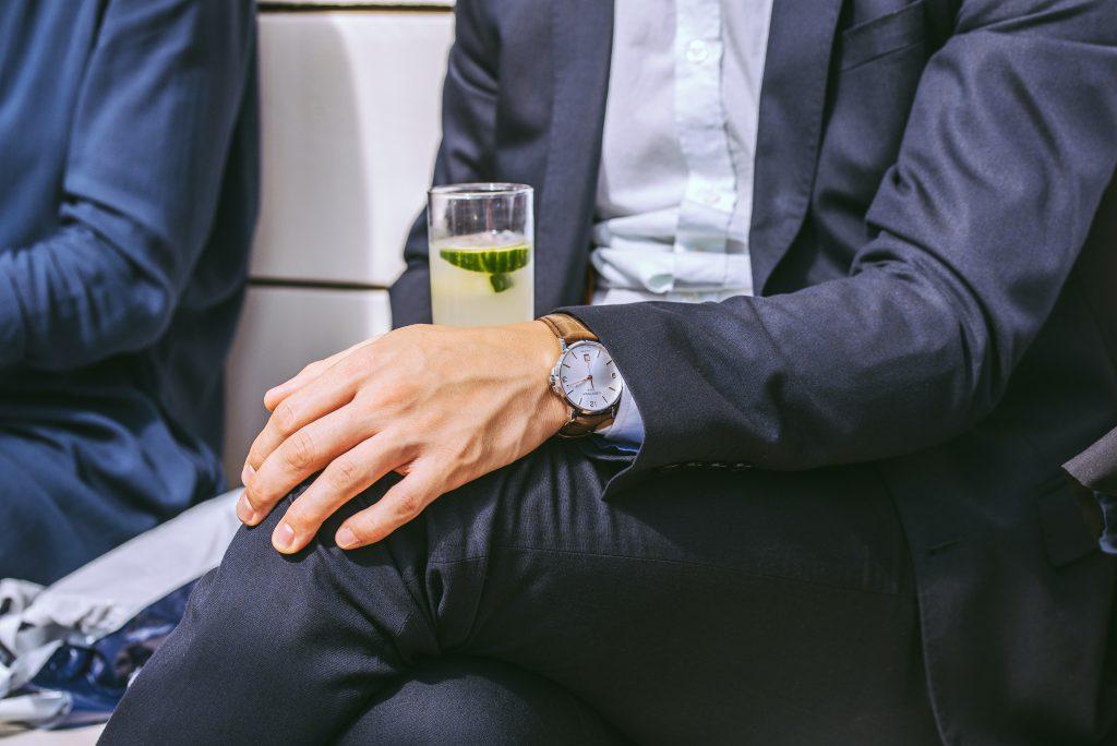 シャンパンを持つ男性