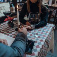 デートで食事をする男女