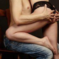 上半身裸で抱き合うカップル