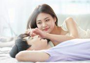 ベッドで横たわるカップル
