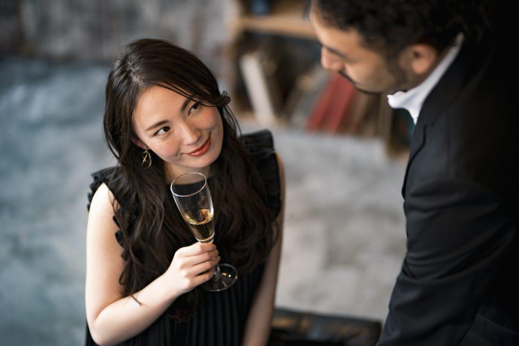 デートでお酒を飲む女性