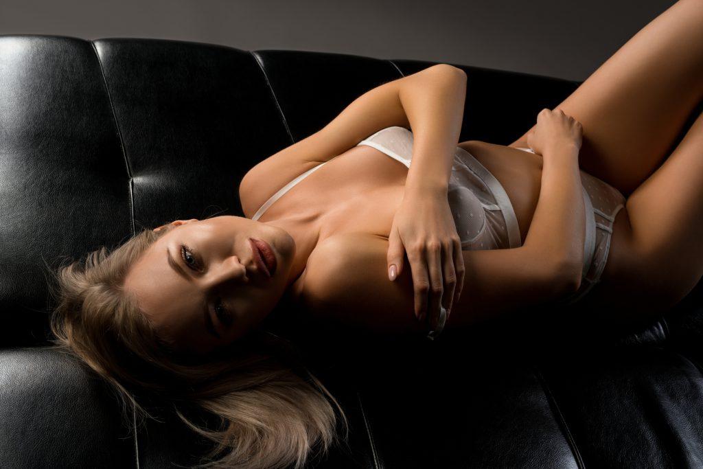 ソファーでオナニーする女性